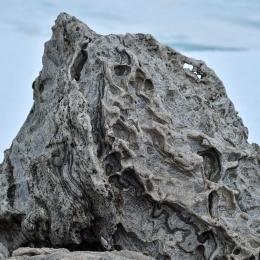 風雪で浸食された迷子岩