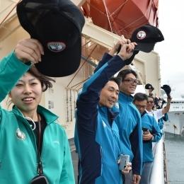 甲板で手を振る自衛隊員と観測隊員