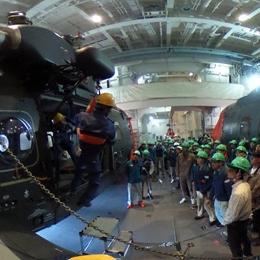 南極観測船しらせ格納庫。しらせ搭載ヘリ2台と観測用ヘリ1台が格納されている。
