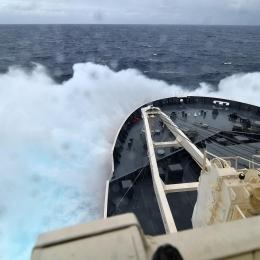 波しぶきを上げながら航行する南極観測船「しらせ」