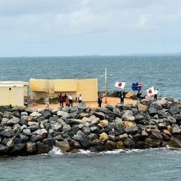 国旗を振って南極観測船「しらせ」を見送る現地日本人ら