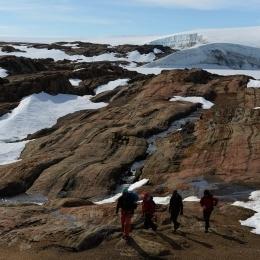 南極でもルンドボークスヘッタの調査地付近では小川が流れる(8日)