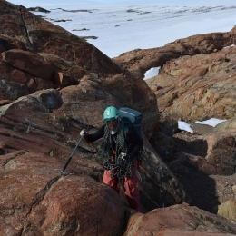 ロープを持って登る野外支援の水谷剛生隊員