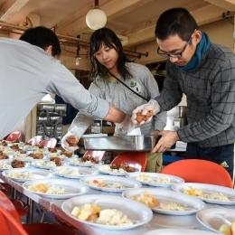 昼食の盛り付けをする須藤隊員(右)と笹森隊員(中央)(1月12日撮影)