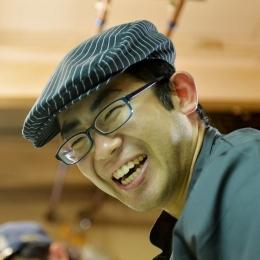 調理の合間に笑顔をみせる伊澤さん