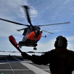 燃料などの物資を運ぶヘリコプター(日本時間1月14日午後8時ごろ、しらせ甲板上から撮影)