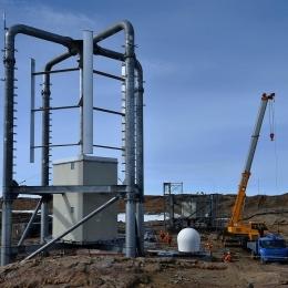 昨年完成した風力発電1号機(左)と建設中の2号機(奥)