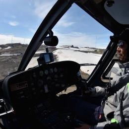 観測隊ヘリコプターを運転する佐藤睦さん
