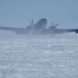 着陸時には雪煙が上がった