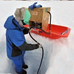 蒸気を通したチューブで氷に穴をあける