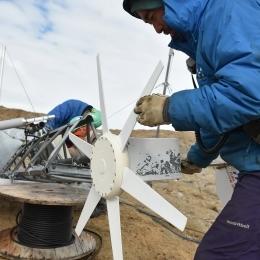 西オングル島の風力発電機の整備2