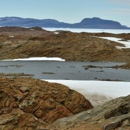 2日目歩いた西オングル島。奥は南極大陸の露岩帯ラングホブデ
