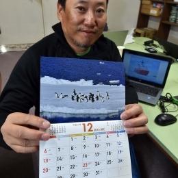 製作したカレンダーを持つ梅津隊員
