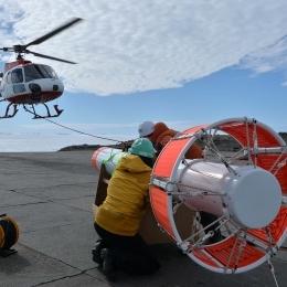 ヘリコプターでつっていた機器を回収する隊員(1月10日)