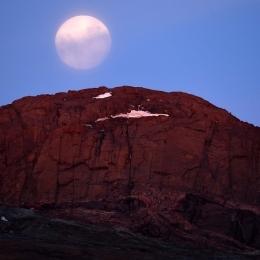 スカルブスネスの断崖から昇る月(1月23日)