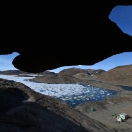 奇岩が多く存在するスカルブスネス。右下は隊員が寝泊りするきざはし浜小屋(1月22日)