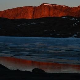 日没間際の太陽で照らされるスカルブスネスの断崖(1月23日)