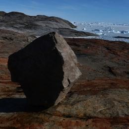 氷河がなくなる過程で取り残された迷子石(1月23日)