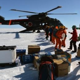 ヘリコプターから荷物を搬出する隊員ら