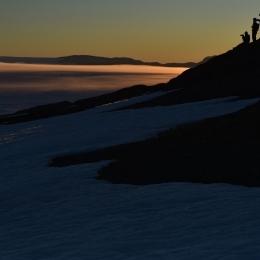 接岸を撮影しようと丘に登る隊員
