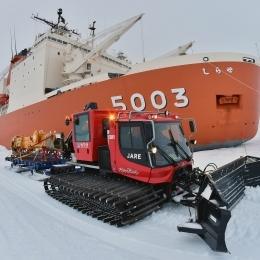 南極観測船しらせから雪上車に積まれる物資(昭和基地沖約500メートル地点で)