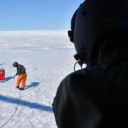 白瀬氷河に降りてGPS機材を回収する自衛隊員