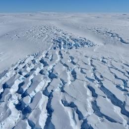 白瀬氷河の下流ではひび割れた氷の大地が広がっている