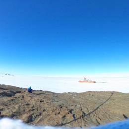 南極昭和基地近くの見晴らし岩からの眺望