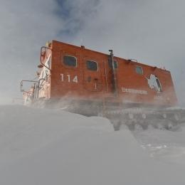 地吹雪で雪上車も隠される