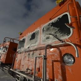 雪上車の前面に付着する氷
