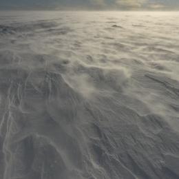 地吹雪が続くも太陽が顔を出している