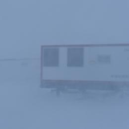 地吹雪が強くなり、近くの車両もほとんど見えない