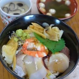 昼食の海鮮丼、茶碗蒸し、白玉麩のお吸い物