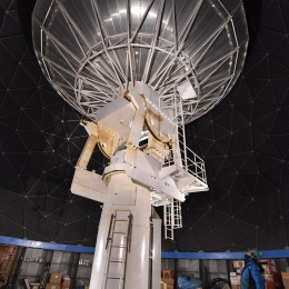 可動式のアンテナで星からの電波を受信する