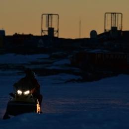 スノーモービルで海氷を移動する隊員(2月12日)