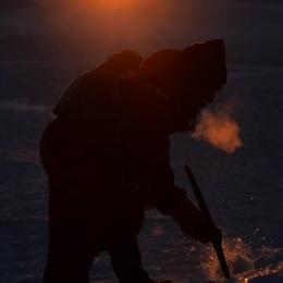 氷山から氷を取る隊員 (1)(2月12日)