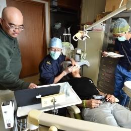 隊員の歯を検診する山田歯科長  (2)