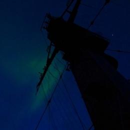 南極観測船「しらせ」上空に出現したオーロラ