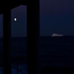 甲板から見える氷山と月