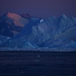 日没後紫色に染まるアムンゼン湾と氷山(現地時間2月17日午後8時すぎ)