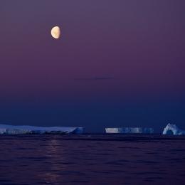 アムンゼン湾に出た月と氷山(現地時間2月17日午後8時20分ごろ)
