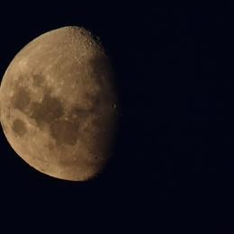 南半球の逆さの月(現地時間2月17日午後8時50分ごろ)