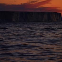 アムンゼン湾の夕焼けと氷山 (現地時間17日午後8時20分ごろ)