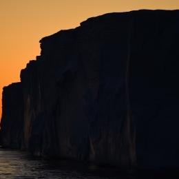 アムンゼン湾の夕焼けと氷山(現地時間2月17日午後8時20分ごろ)
