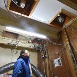 天井をくり抜いて設置されているカメラ