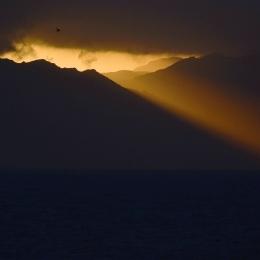 山並みから朝日が昇る