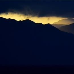 山並みから朝日が昇る (2)