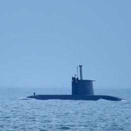 湾内を航行する南アフリカの潜水艦