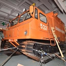 「しらせ」に積み込まれ日本に輸送される雪上車