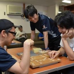 観測隊公室のサロンで将棋に興じる隊員ら